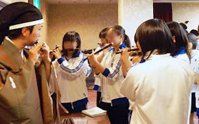 奏者による体験指導(龍笛)